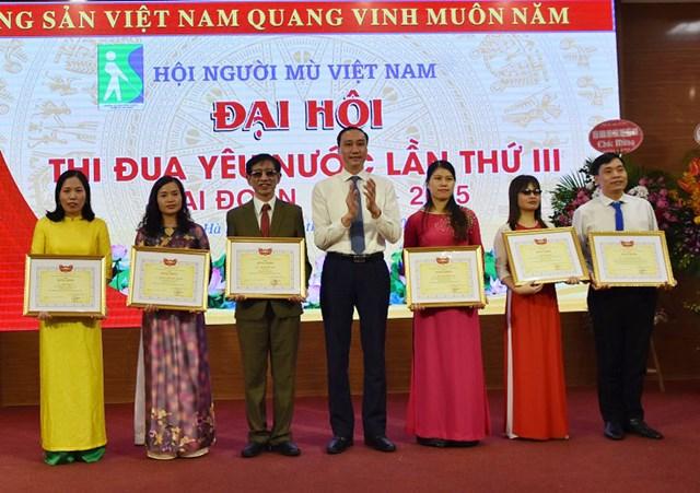 Phó Chủ tịch Phùng Khánh Tài trao bằng khen của UBTƯ MTTQ Việt Nam cho 6 cá nhân