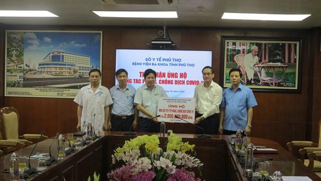 Ông Nguyễn Hải trao số tiền 2 tỷ đồng, từ nguồn Quỹ Cứu trợ của UBTƯ MTTQ Việt Nam cho Bệnh viện đa khoa tỉnh Phú Thọ.