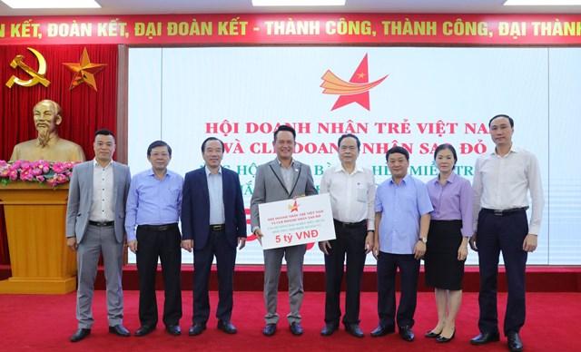 Chủ tịch Trần Thanh Mẫn đã tiếp nhận số tiền 5 tỷ đồng từ Hội Doanh nhân trẻ Việt Nam và CLB doanh nhân trẻ Sao Đỏ ủng hộ đồng bào miền Trung.