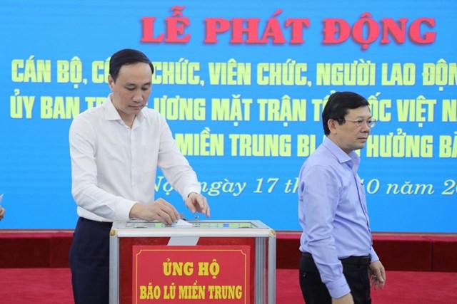 Các vị trong Ban Thường trực UBTƯ MTTQ Việt Nam ủng hộ đồng bào miền Trung bị bão lũ.
