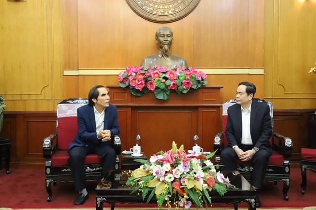 Chủ tịch Trần Thanh Mẫn traođổi cùngông Nguyễn Văn Trung, Thứ trưởng Bộ Kế hoạch và Đầu tư.