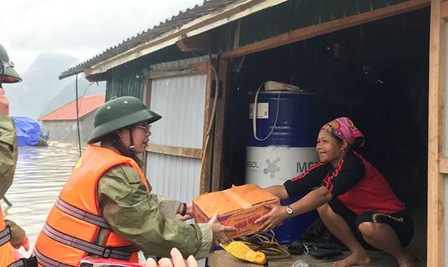 Bà Phạm Thị Hân, Chủ tịch Ủy ban MTTQ Việt Nam tỉnh Quảng Bình tặng quà bà con vùng lũ Tân Hóa.