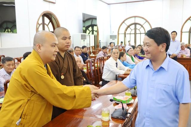 Phó Chủ tịch - Tổng Thư ký Hầu A Lềnh cùng cácđại biểu dân tộc và tôn giáo tiêu biểu tỉnh Nghệ An.