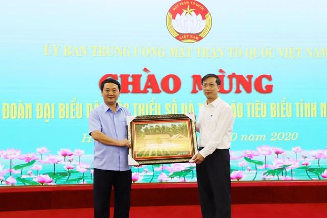 Đoàn đại biểu dân tộc thiểu số và tôn giáo tiêu biểu tỉnh Nghệ An tặng quà UBTƯ MTTQ Việt Nam.