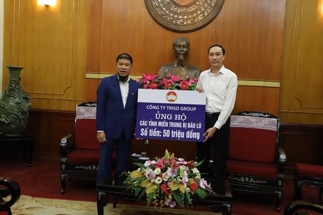 Phó Chủ tịch Phùng Khánh Tài tiếp nhậnủng hộ từ Công ty Triso Group.