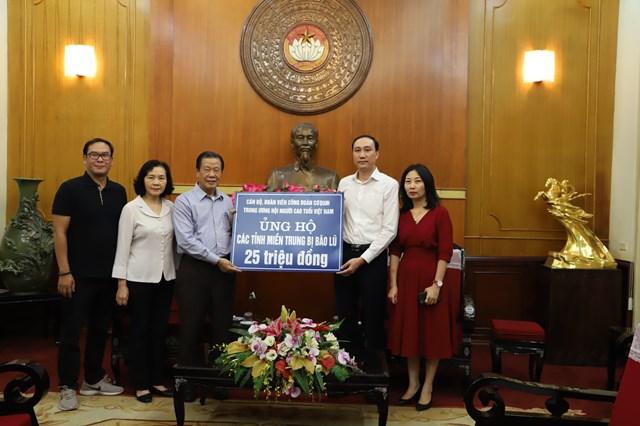 Phó Chủ tịch Phùng Khánh Tài tiếp nhậnủng hộ từ Trungương Hội Người cao tuổi Việt Nam.