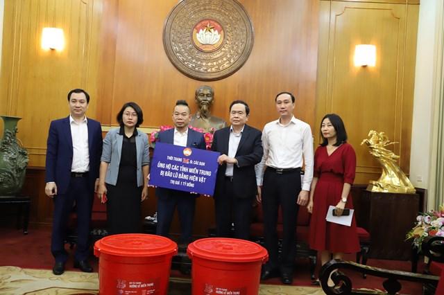 Chủ tịch Trần Thanh Mẫn tiếp nhận hiện vậtủng hộ từ Thời trang M2 và các bạn.