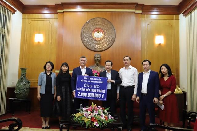 Chủ tịch Trần Thanh Mẫn tiếp nhậnủng hộ từCông ty TNHH Phát triển Bất động sản Masterise Homes.