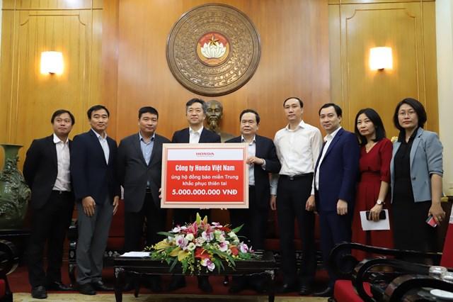 Chủ tịch Trần Thanh Mẫn tiếp nhậnủng hộ từ Công ty Honda Việt Nam.