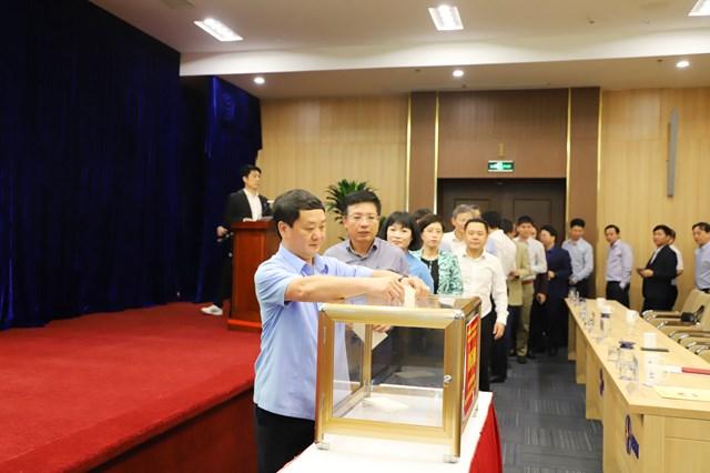 Phó Chủ tịch - Tổng Thư ký Hầu A Lềnh tham gia ủng hộ tại Lễ phát động ủng hộ các tỉnh miền Trung do Ủy ban quản lý vốn nhà nước tại doanh nghiệp tổ chức.