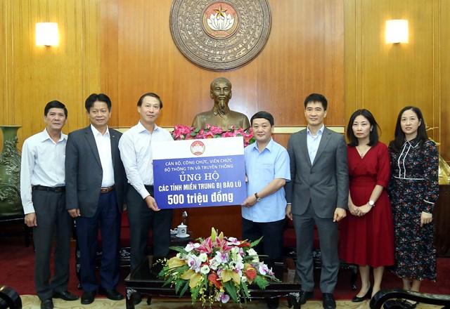 Phó Chủ tịch - Tổng Thư ký Hầu A Lềnh tiếp nhận ủng hộ từ cán bộ, công chức, viên chức, người lao động Bộ TT&TT.