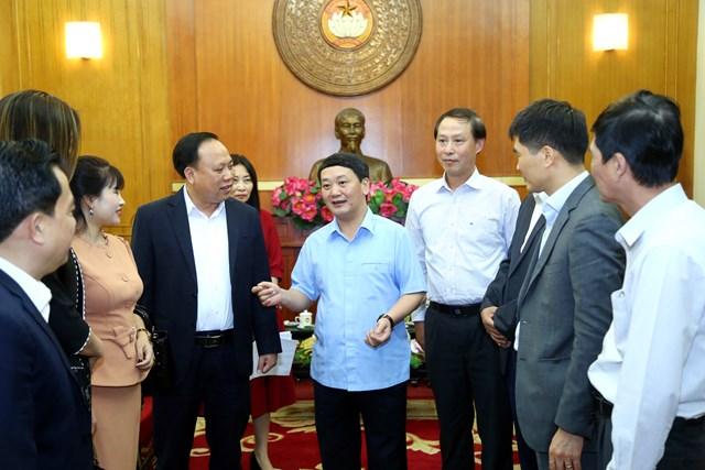 Phó Chủ tịch - Tổng Thư ký Hầu A Lềnh trao đổi với đại diện các đơn vị đến ủng hộ tại UBTƯ MTTQ Việt Nam.