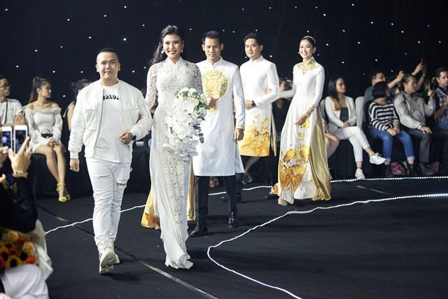 NTK Minh Châu cùng các người mẫu tham gia show diễn.