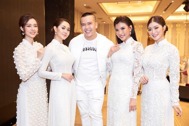 NTK Minh Châu (giữa) cũng các diên viên tham gia đêm diễn.