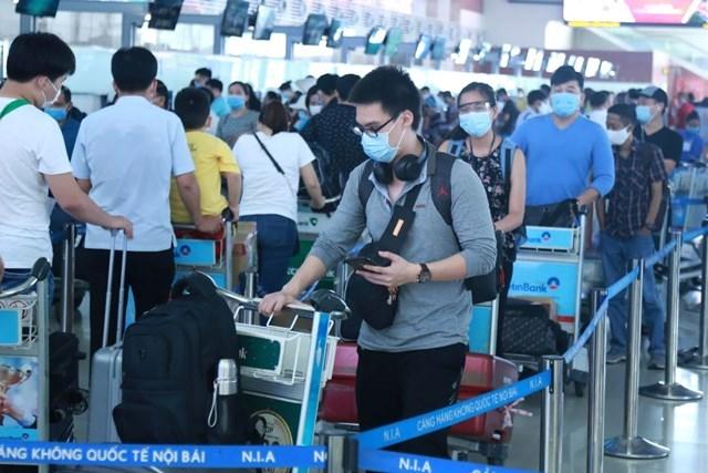 Hành khách xếp hàng chờ làm thủ tục tại sân bay. Ảnh: Quang Vinh.
