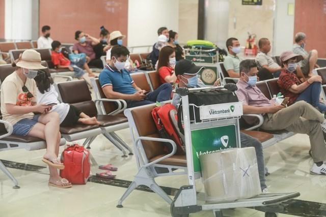 Khách du lịch tại sân bay Nội Bài. Ảnh: Quang Vinh.