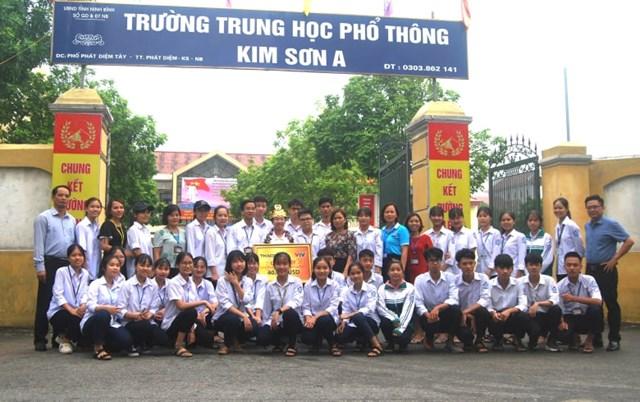 Bạn bè 12B1 cùng thầy cô giáo chụp ảnh cùng Thu Hằng.