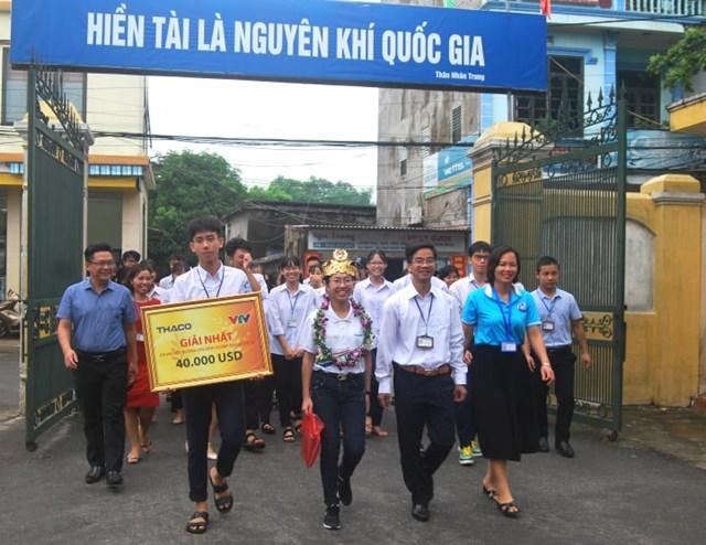 Thầy trò trường THPT Kim Sơn A đón mừng tân vô địch trở về