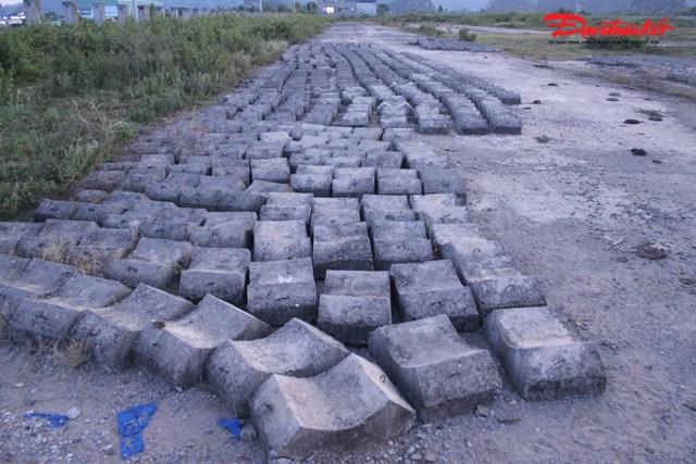 Vật liệu xây dựng được vứt ngổn ngang ngay trong khuôn viên dự án