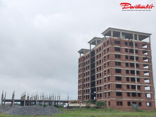Sau gần 10 năm, dự án gồm hai khu nhà 5 tầng làm phòng học, một dãy nhà hiệu bộ 9 tầng. Công trình này bắt đầu khởi công vào năm 2011 và dự kiến hoàn thành sau 5 năm. Tuy nhiên cho đến nay, dự án mới chỉ hoàn thành được một số hạng mục như phần thô của nhà điều hành 9 tầng, tường bao, móng 2 dãy phòng học và một số hạng mục phụ trợ.
