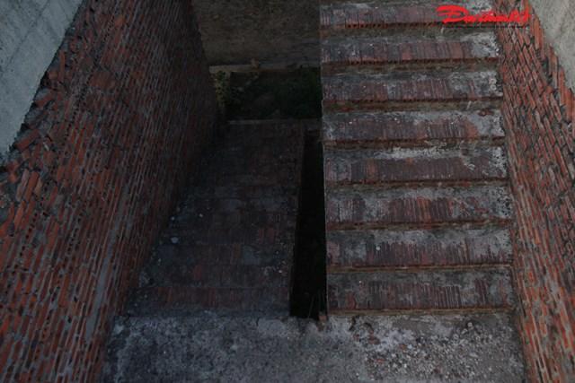 Cầu thang trong khu nhà chức năng hoang hóa sau thời gian dài dãi nắng dầm mưa.