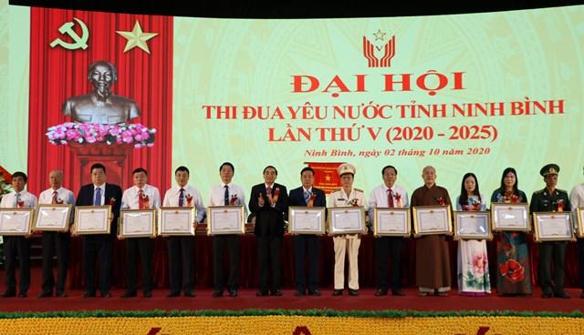 Chủ tịch UBND tỉnh khen thưởng các tập thể, cá nhân tiêu biểu