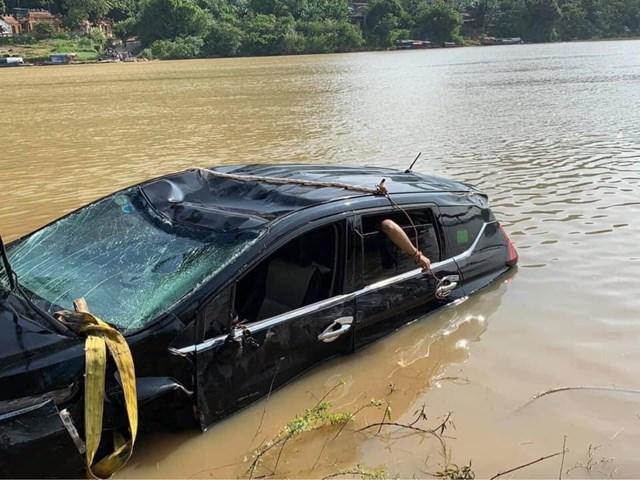 Chiếc xe được lực lượng chức năng trục vớt lên bờ