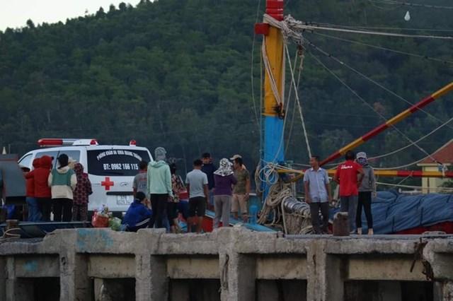Sau khi thuyền vào đến đất liền, thi thể anh Thắng được bàn giao cho gia đình, 2 thuyền viên còn lại được đưa đi bệnh viện điều trị.
