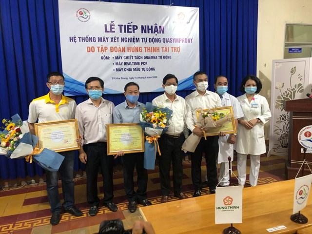 Chủ tịch UBND tỉnh Khánh Hòa tặng hoa và kỷ niệm trương cho các nhà tài trợ (2).JPG