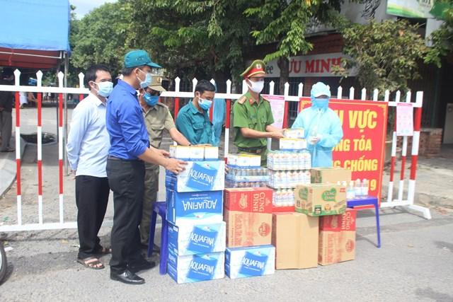 Các đoàn hỗ trợ chốt chặn phòng, chống dịch Covid-19 tại Quảng Nam.