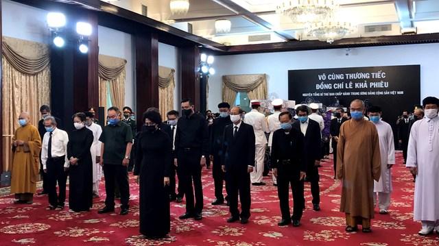 Đoàn Ủy ban MTTQVN do bà Tô Thị Bích Châu, Chủ tịch Ủy ban MTTQVN TPHCM  làm trưởng đoàn vào viếng nguyên Tổng Bí thư Lê Khả Phiêu.