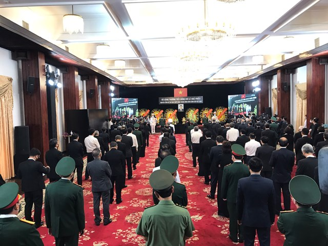 Đến 11h trưa 14.8 tiếp tục có nhiều đoàn địa phương vào viếng nguyên Tổng Bí thư Lê Khả Phiêu tại Hội trường Thống Nhất.