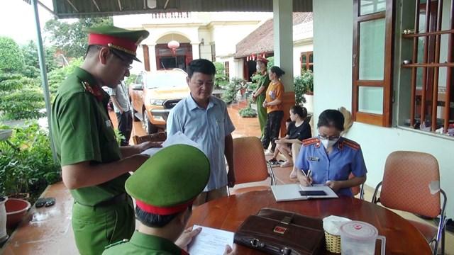 Cơ quan công an đọc lệnh khởi tố bị can tại tư gia ông Lê Xuân Thảo.
