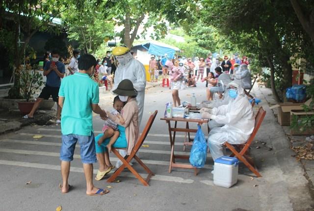 Ngành y tế Quảng Nam đang lấy mẫu xét nghiệp Covid-19.