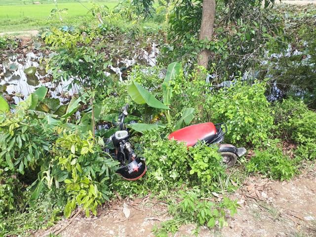 Chiếc xe đạp điện mất lái nằm bên vệ đường nơi nạn nhân tử vong.
