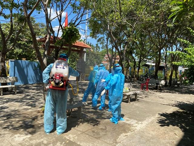 Đội phản ứng nhanh phun hóa chất nơi vùng có dịch Covid-19.