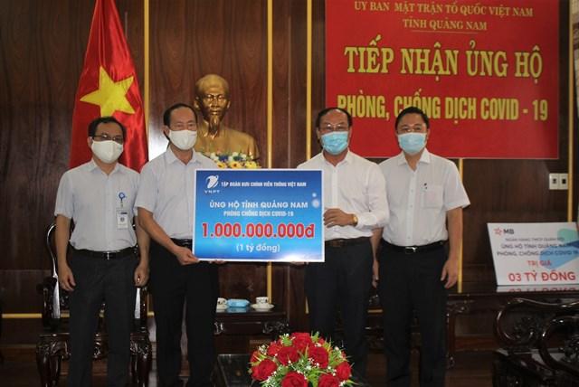 Mặt trận tỉnh Quảng Nam tiếp nhận ủng hộ phòng chống dịch.