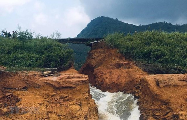 Vỡ đập Đầm Thìn ở Phú Thọ, cuối tháng 5/2018. Ảnh: Tạ Toàn/TTXVN.