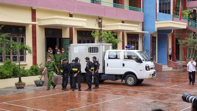 Xe thùng vào sát phòng xử án để đưa bị cáo Nguyễn Xuân Đường vào trong.