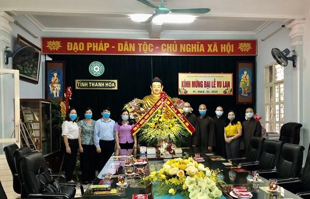 Chủ tịch Ủy ban MTTQ Việt Nam tỉnh Phạm Thị Thanh Thủy chúc mừng Ban Trị sự Giáo hội Phật giáo.
