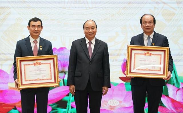 Thủ tướng Nguyễn Xuân Phúc trao danh hiệu Chiến sỹ thi đua toàn quốc tặng Bộ trưởng, Chủ nhiệm VPCP Mai Tiến Dũng và Phó Chủ nhiệm VPCP Nguyễn Xuân Thành. Ảnh: VGP/Quang Hiếu.