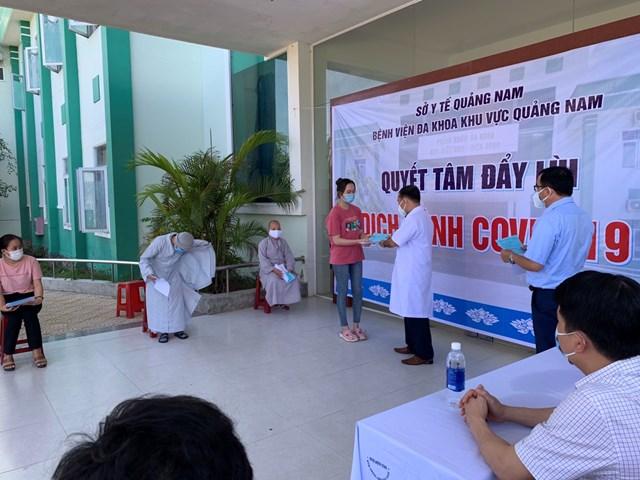 Trao Giấy ra viện cho bệnh nhân ở BVĐK Trung ương Quảng Nam.