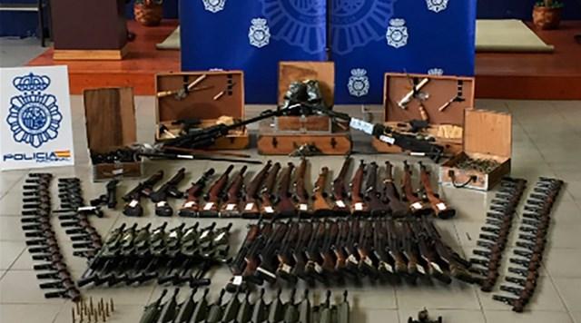 """Cảnh sát trưng bày """"kho"""" vũ khí thu giữ được."""