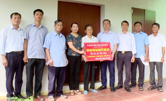 Bàn giao kinh phí hỗ trợ xây mới nhà Đại đoàn kết cho gia đình bà Lê Thị Mẩy.