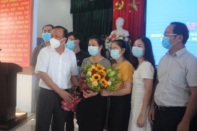 TS Mai Văn Mười tặng hoa, cảm ơn Đoàn y, bác sĩ TP Hồ Chí Minh.