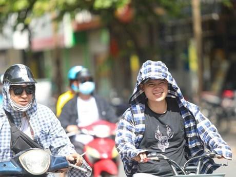 Thời tiết nắng nóng, tia UV ở mức cao, người dân cần trang bị tốt đồ bảo hộ khi ra đường để bảo vệ sức khỏe. (Ảnh: Thanh Tùng/TTXVN).