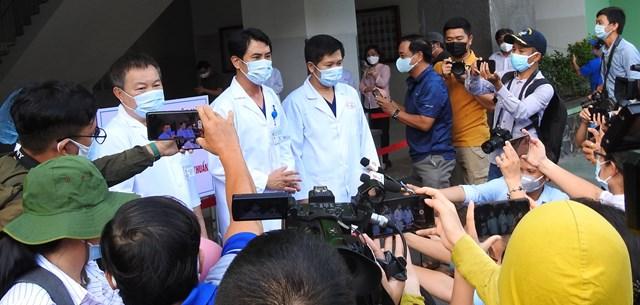 TS.BS Lê Đức Nhân, Giám đốc Bệnh viện Đà Nẵng, chia sẻ thông tin với báo chí tại thời điểm chính thức dỡ bỏ phong tỏa. Ảnh Thanh Tùng.