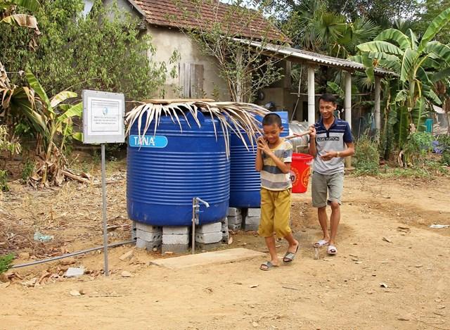 Người dân đi lấy nước sạch miễn phí.
