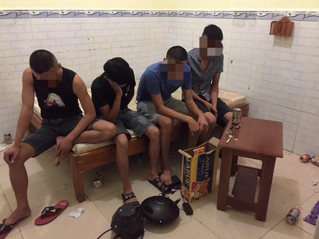 Các thanh niên sử dụng chất ma túy trái phép ở quán massage.