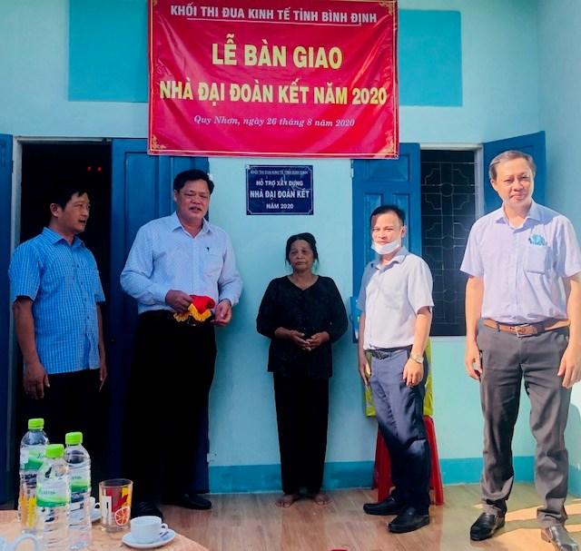 Trao nhà Đại đoàn kết cho gia đình bà Nguyễn Thị Nhường, Khu vực 7, phường Nhơn Phú, TP Quy Nhơn, tỉnh Bình Định.